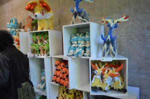 Pokémon center et ses articles, stands ect... (à éditer) 1401880774009941700